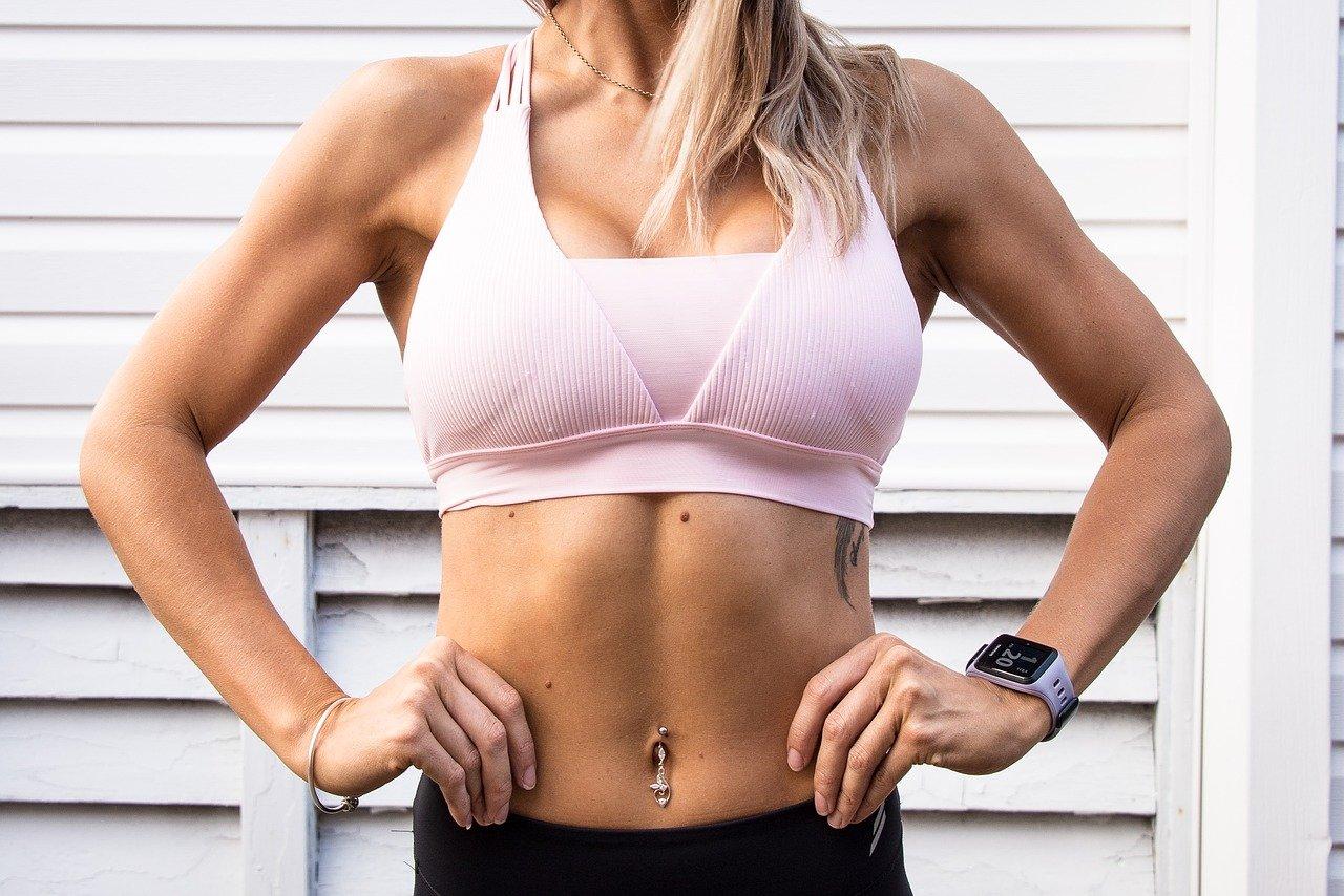 עיצוב קוביות בבטן לאישה
